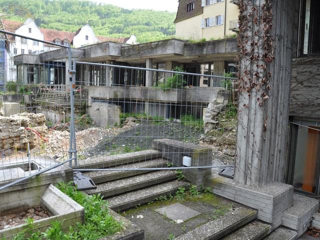 Absperrgitter und Ruinen im Bäderquartier Baden.