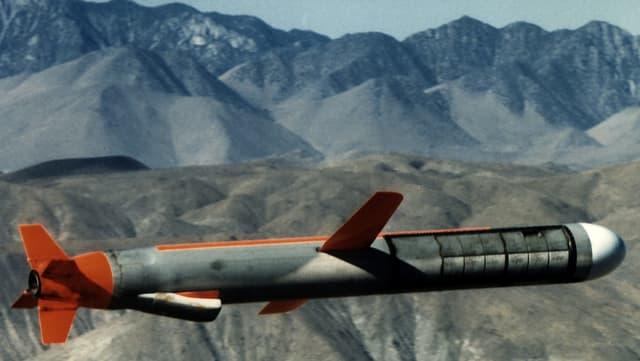 Eine undatierte Aufnahme einer Tomahawk-Rakete, hinten karges Gebirge