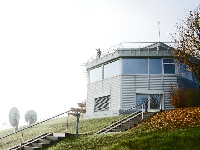 Heinz Graf bei der Arbeit auf der Dachterrasse der Beobachtungsstation Glattbrugg.