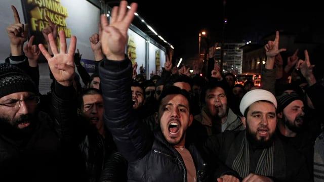In Instanbul protestierten gestern Muslime gegen den Abdruck der Mohammed-Karikatur in einer türkischen Zeitung.
