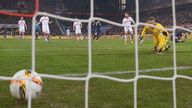 Der Ball kullert ins Tor, der Goalie schaut verdutzt hinterher, der Torschütze liegt am Boden.
