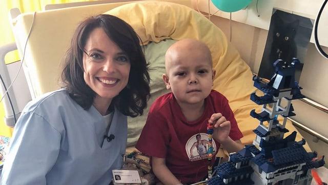 Mona Vetsch mit dem krebskranken Buben Finn auf dem Spitalbett.
