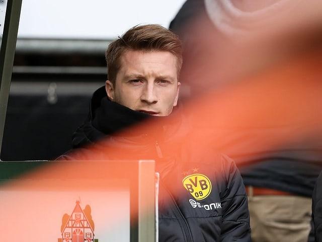 Der gesperrte Marco Reus während des Spiels gegen Bremen.