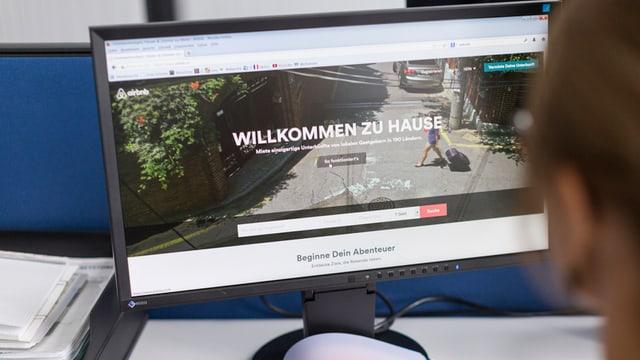 Ein Computerbildschirm, bei dem die Seite von Airbnb geöffnet ist.