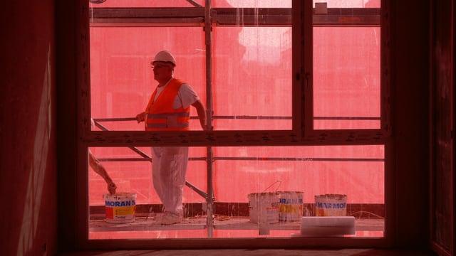 """Ein Mann arbeitet beim Umbau des ehemaligen """"Hero""""-Areals mit."""