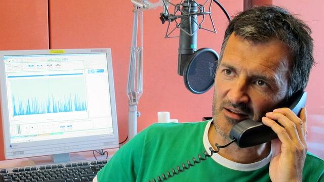 Dano Tamásy telefoniert im Studio.