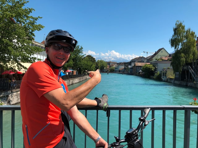 Reto Scherrer auf einer Brücke in Thun.