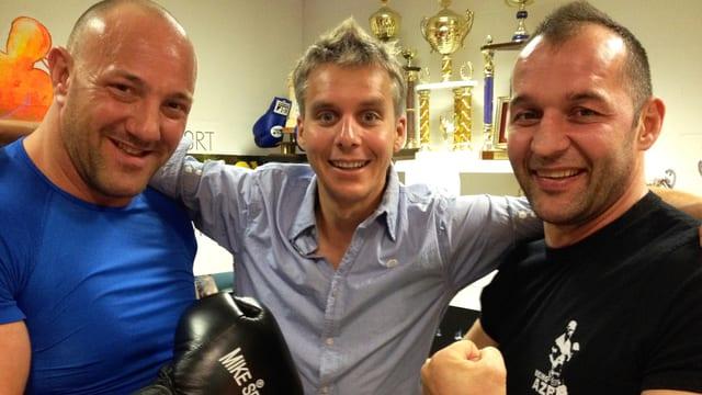 Bildlegende: Schwinger Stefan Burkhalter, Moderator Reto Scherrer, Thaibox-Weltmeister Azem Maksutaj