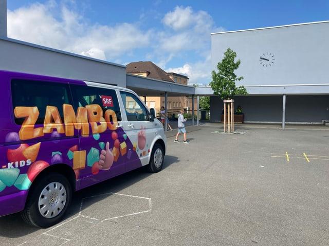 Zambobus steht auf Pausenplatz