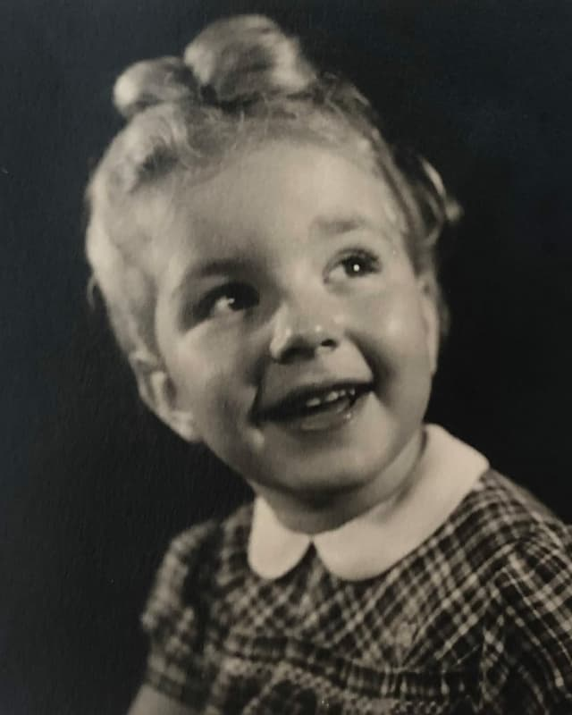 Ein lachendes Mädchen.