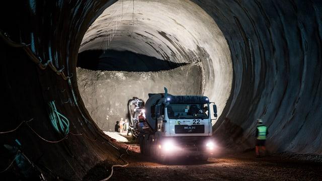 Tunnel mit Lastwagen