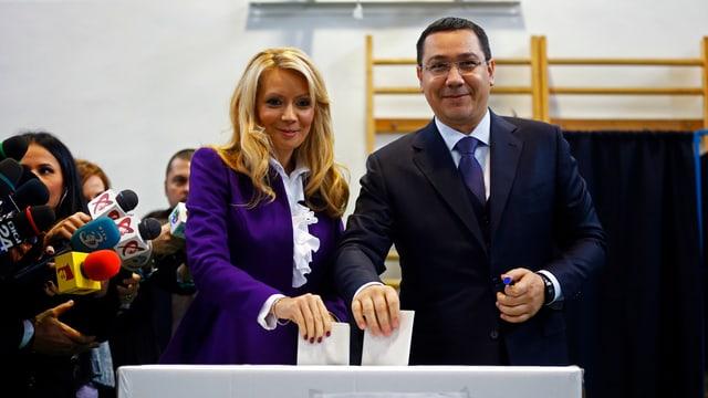 Ministerpräsident Victor Ponta und seine Frau Daciana Sarbu werfen ihren Wahlzettel ein.