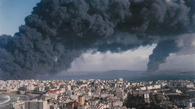Tanker Aegean Sea explodiert an der Küste Galiciens.