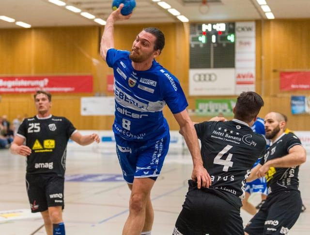 Handballer schiesst den Ball aufs Tor.