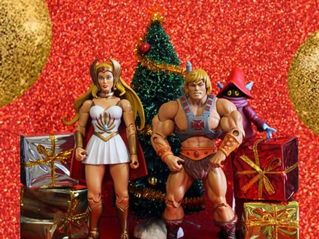 Masters of the Universe-Figuren vor kitschigem Weihnachtsbaum