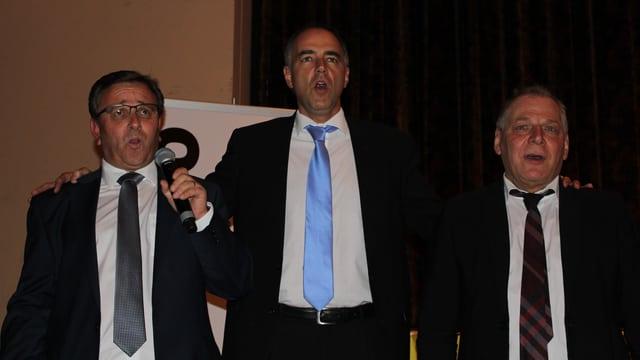 Die drei Kandidaten singen.