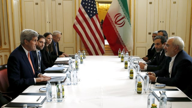Verhandlung zwischen US- und iransicher Delegation an einem Tisch mit US-Aussenminister John Kerry (links) und Irans Aussenminister Mohammad Javad Sarif (rechts).