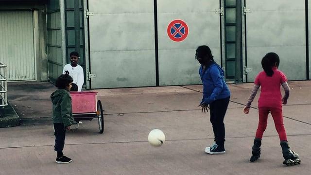 Kinder am Ballspielen im Innenhof der alten Feuerwehrkaserne
