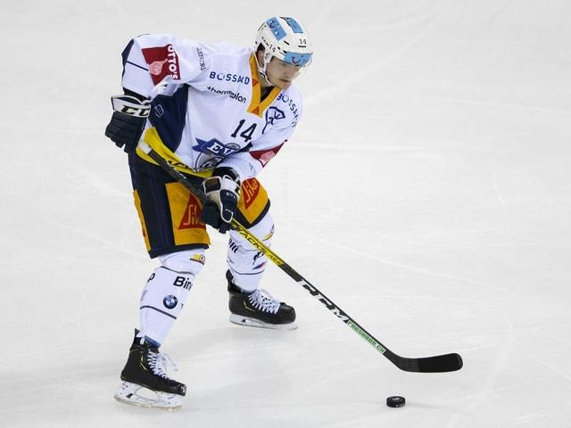 Livio Stadler auf dem Eis am Puck.