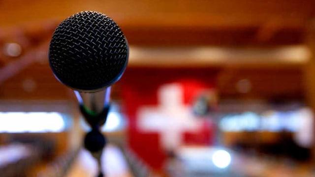 Ein Mikrofon in einem Saal nach einem Partei-Anlass.