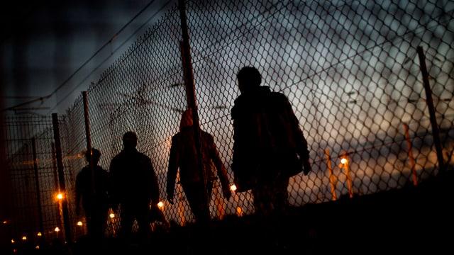 A Calais tschertgan migrants da surmuntar saivs per arrivar la Gronda Britannia.
