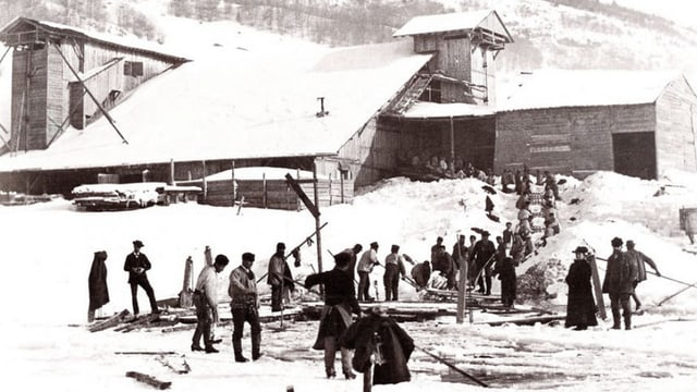 Menschen im Vallée de Joux stechen Eis.