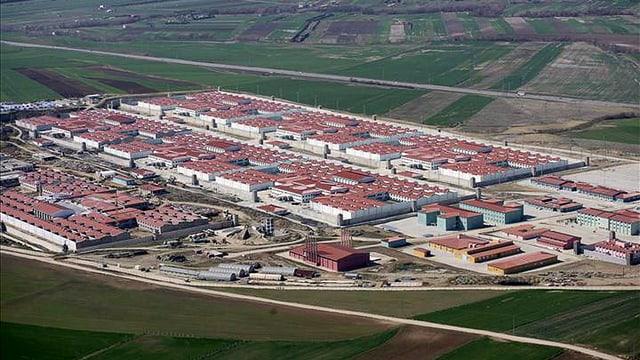 Luftaufnahme des Gefängnis-Komplexes Silivri. Viele Gebäude mit roten Dächern.