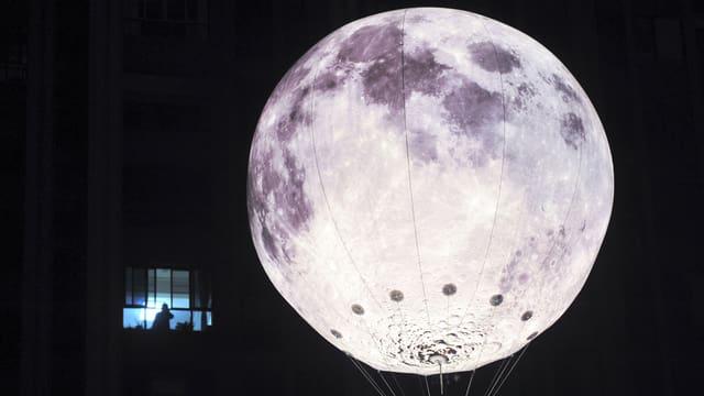 Eine Laterne, die wie ein Mond aussieht.