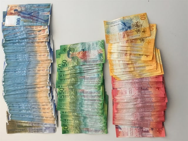 Trais plunas cun bancnotas da 10 francs enfin 200 francs.
