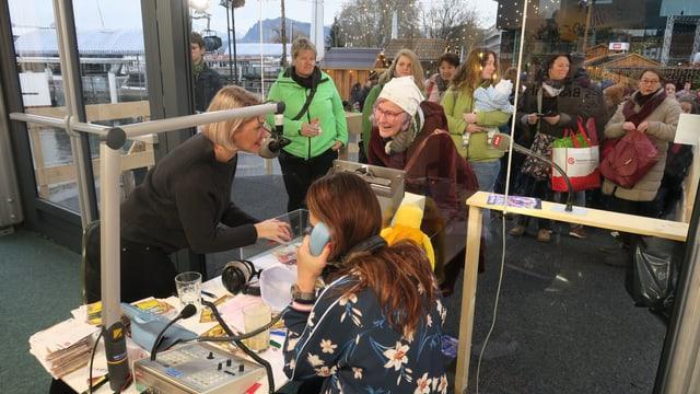 Die Mdoeratorinnen Anic Lautenschlager und Judith Wernli nehmen Spendengelder entgegen.
