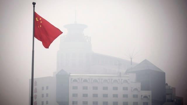 Eine Fahne in Penking, die man vor lauter Nebel (Smog) gar nicht sieht