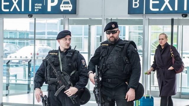 Zwei Polizisten am Flughafen von Brüssel