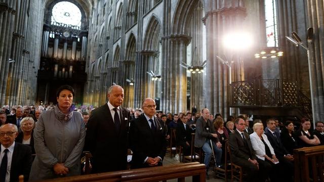 Il minister da l'intern  Bernard Cazeneuve (amez) ha prendì cumià da Jacques Hamel en la cathedrala da Rouen ensemen cun millis persunas