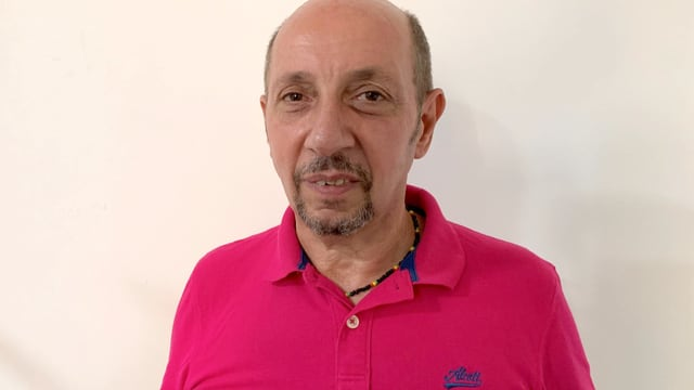 Mann mit pinkem Polo-Shirt