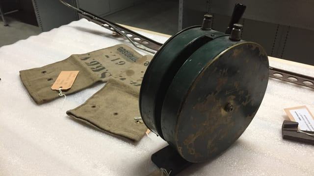 Eine Runde Box aus Metall