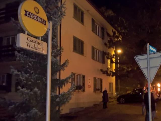 Bild des Gasthofes von aussen, bei Nacht, während der Mahnwache.