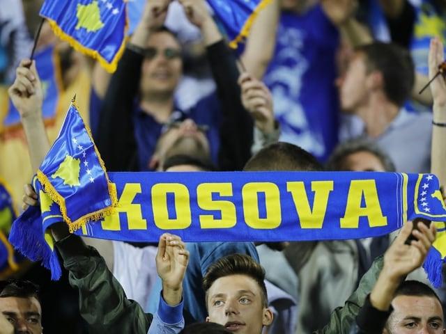 Fans mit Kosovo-Transparenten.