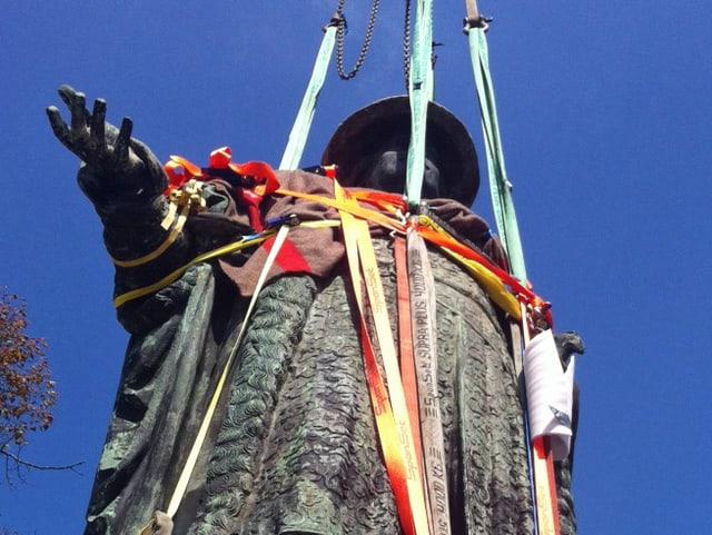 Die Vadian-Statue wird von einem Krahn in die Höhe gehoben.