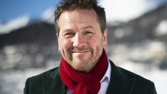 Mann mit rotem Schal lächelt