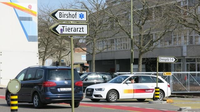 Strassenkreuzung mit Schilder