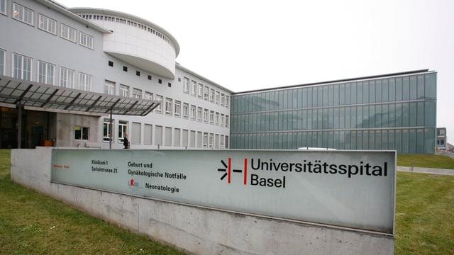Blick auf den Eingang des Universitätsspital Basel