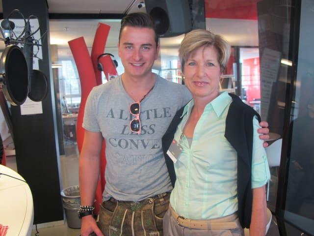 Andreas Gabalier und Stephania Kaufmann stehen nebeneinander im Sendestudio von Radio SRF 1.