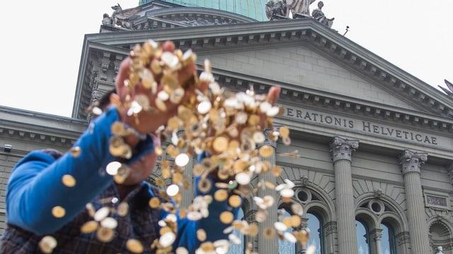 Geldregen aus Fünfrappenstücken vor dem Bundeshaus