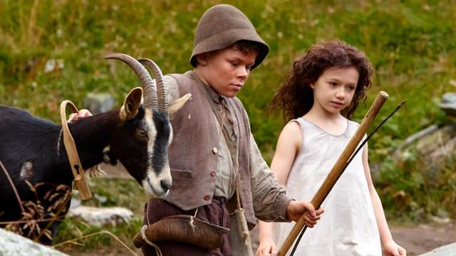 Anouk Steffen als Heidi und Quirin Agrippi  als Geissenpeter. mit einer Gemse in der Natur.