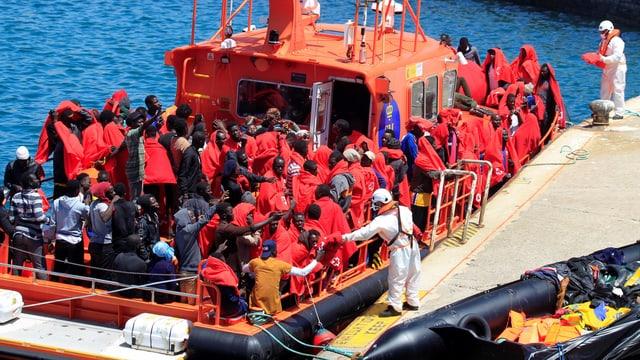 Ein Schiff voller Flüchtlinge am Hafen von Cádiz