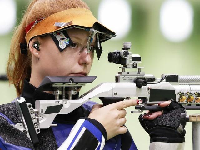 Nina Christen mit dem Gewehr an Anschlag.