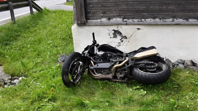 Purtret da la moto davant la paraid-chasa.