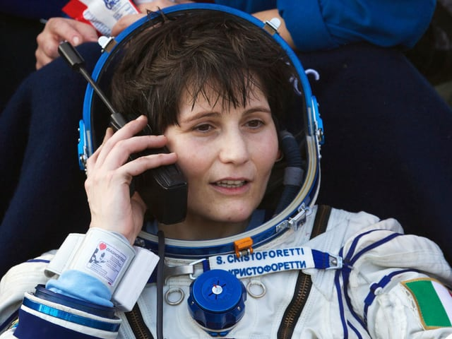 Samantha Cristoforetti telefoniert im Astronautenanzug