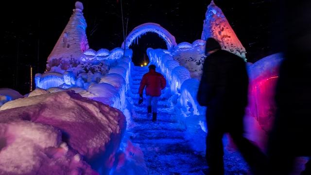 Die Eispaläste werden in der Nacht beleuchtet.