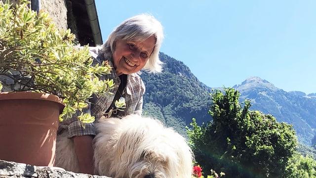 Annadora Senn Singer und ihr Hund.